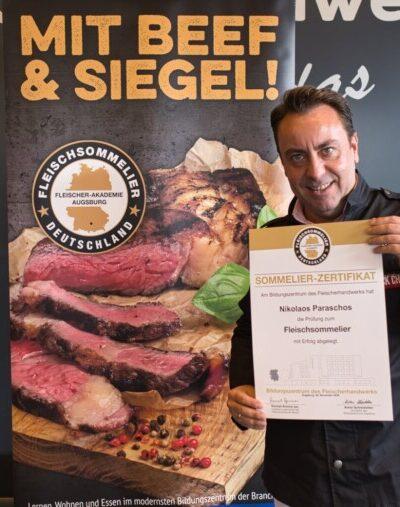 In der Fleischer- Akedemie Augsburg hat Nikolaos Paraschos die Prüfung zum Fleischsommelier erfolgreich abgelegt
